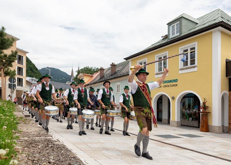 Festival met parade van fanfare en mensen in traditonalkostuums royalty-vrije stock fotografie