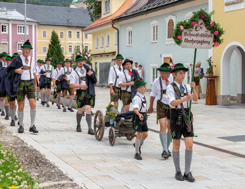 Festival met parade van fanfare en mensen in traditonalkostuums stock foto's