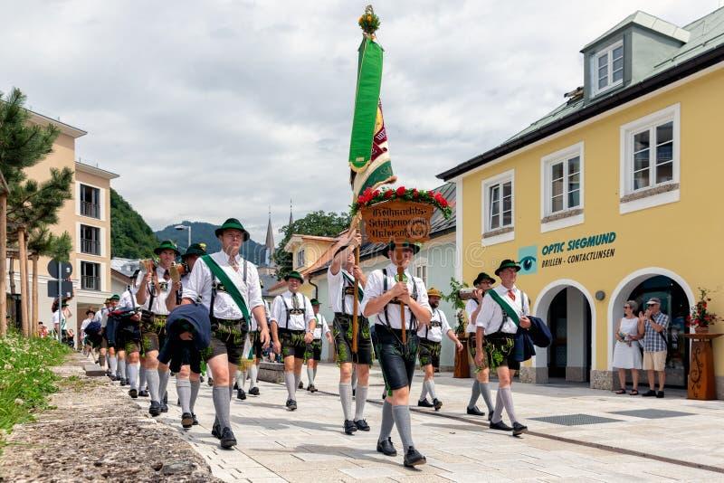 Festival met parade van fanfare en mensen in traditonalkostuums stock afbeeldingen