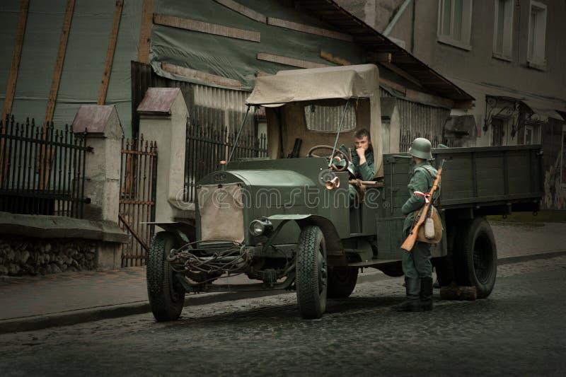 festival Militar-histórico Chortkiv Athenziv em soldados do polonês de Chortkiv do 15 ao 17 de junho de 2018 com caminhão Fiat imagem de stock royalty free