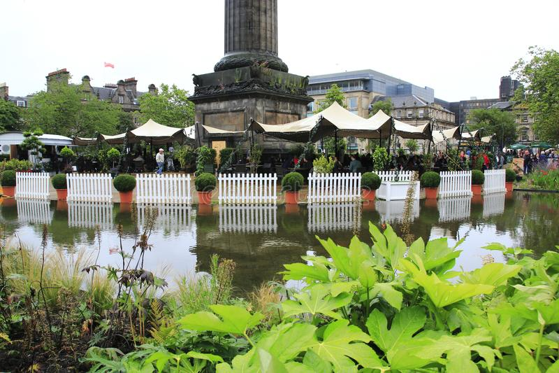 Festival público en Edimburgo, aquí visión de la franja de St Andrews Square Garden imagen de archivo