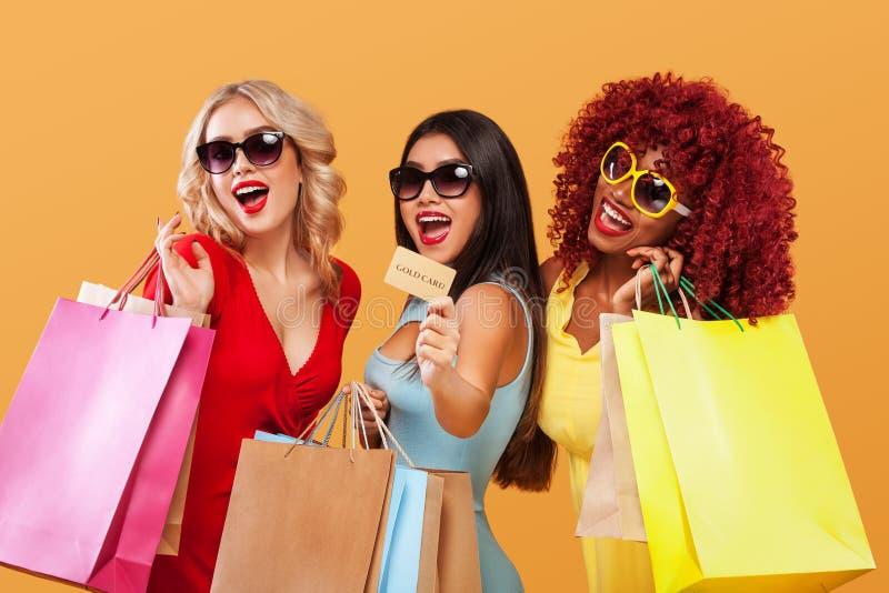 Festival que hace compras del doble once Tres mujeres felices en gafas de sol después de hacer compras Afroamericano, asiático y  imagenes de archivo