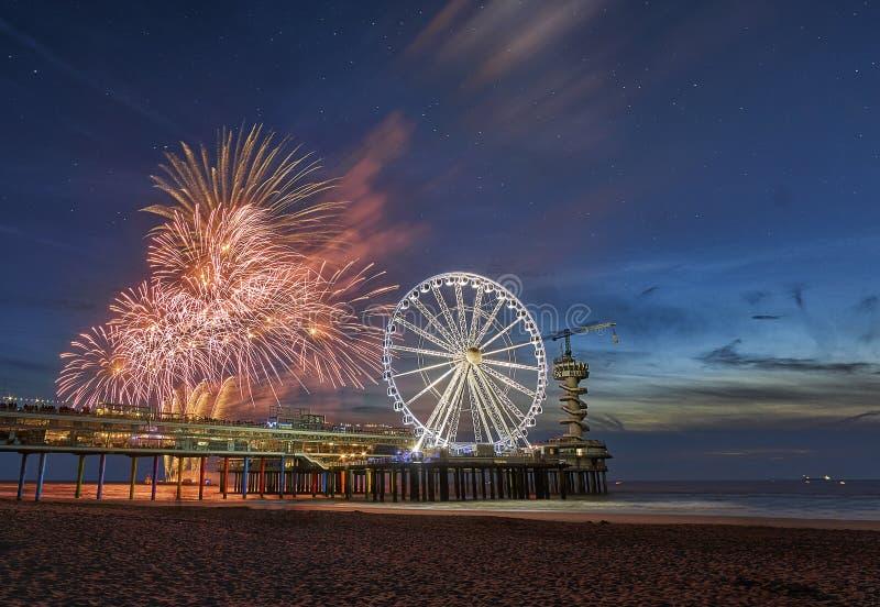 Festival Scheveningen dei fuochi d'artificio con ferriswheel sul pilastro fotografie stock