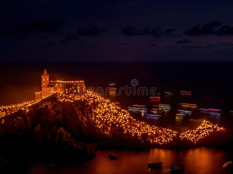 Festival van de Witte Madonna, Portovenere, Ligurië, Italië. Religieuze gebeurtenis: de kaarsen worden aangestoken en een proces stock foto