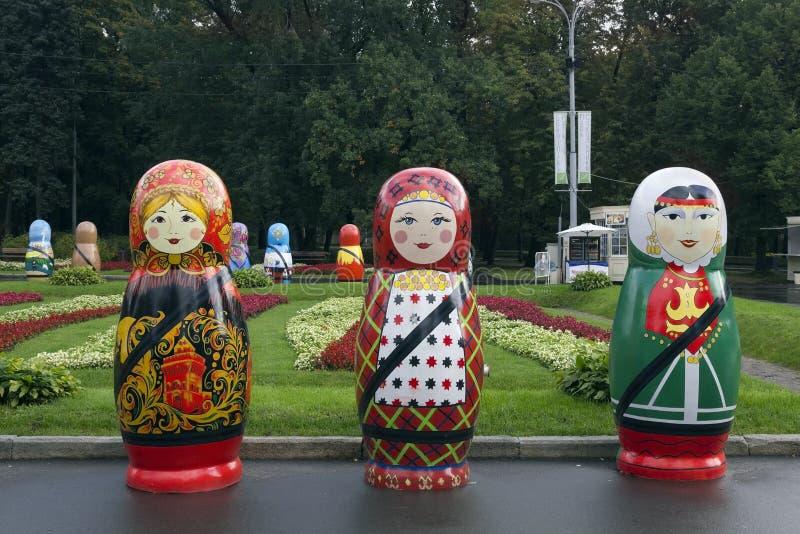 Festival van grote Russische houten poppen stock foto's