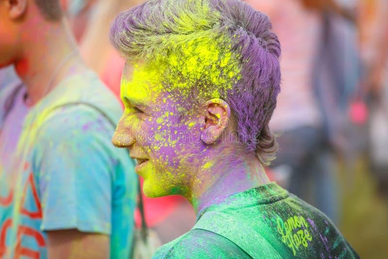 Festival van Kleuren in Krakau De niet geïdentificeerde mensen die en tijdens de kleur dansen vieren werpen, P stock foto