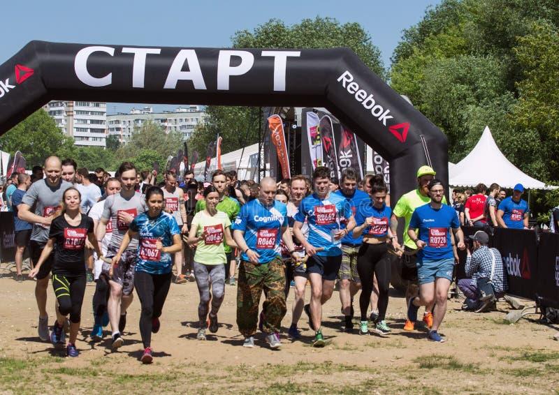 Festival von Eignung über Reebok in Moskau-Park Läufer schließen oben auf Anfangslinie am Festival Sportlebensstil in der Stadt stockfotografie