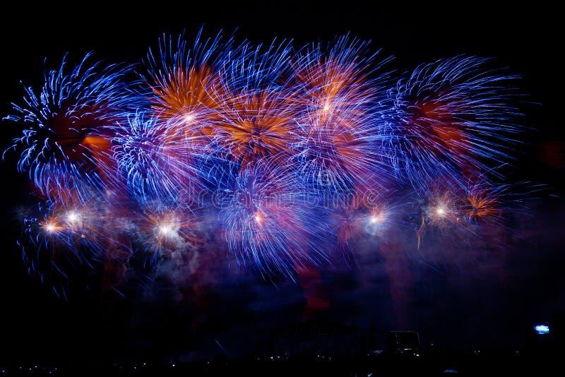Festival von Feuerwerken Nachtshow von Grüßen lizenzfreies stockfoto
