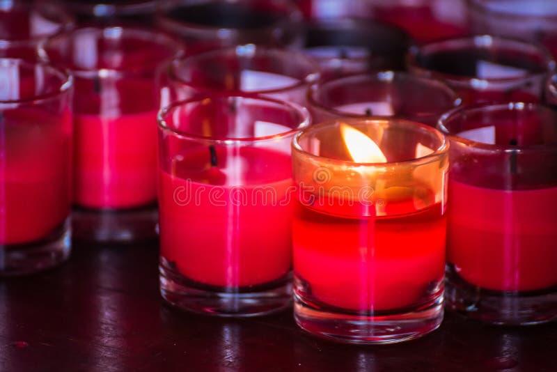 Festival von Lichtern Sch?nes Kerzen-Licht Selektiver Fokus auf Vordergrund von vielen brennende tealight Kerzen Bangkok, Thailan lizenzfreie stockfotografie