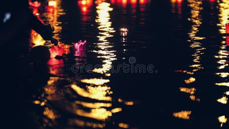 Festival von sich hin- und herbewegenden Wasser Laternen auf Fluss nachts lizenzfreie stockfotos