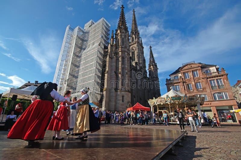 Festival voor Kathedraal van Mulhouse met kinderen die op stadium in traditionele kleding presteren royalty-vrije stock foto