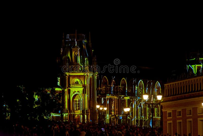 Festivalcirkel av ljus - storslagen slott, Tsaritsyno Färga video-att kartlägga på väggarna av slotten royaltyfri fotografi
