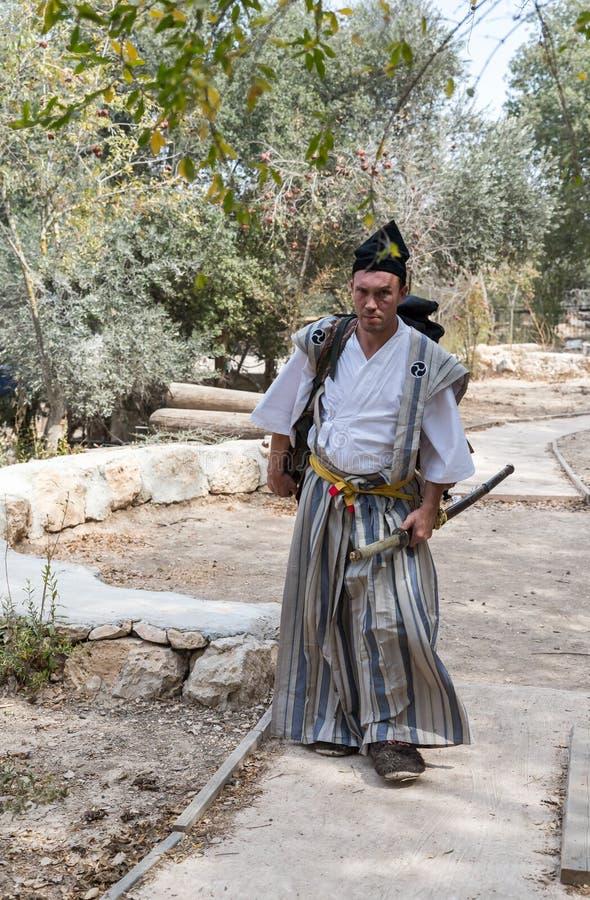 Festivaldeltagaren i en traditionell samurajdräkt på den årliga festival`en Jerusalem adlar `, royaltyfri foto