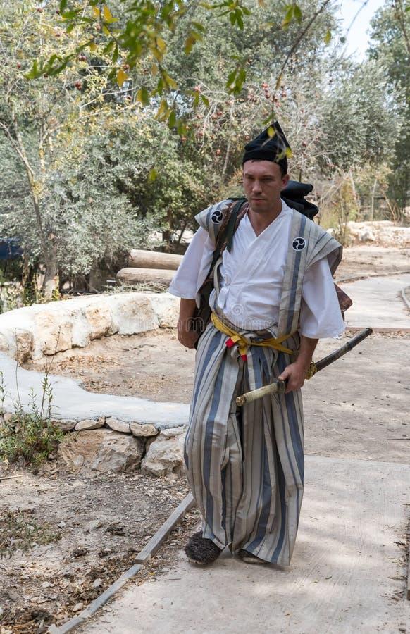 Festivaldeltagaren i en traditionell samurajdräkt på den årliga festival`en Jerusalem adlar `, arkivfoto
