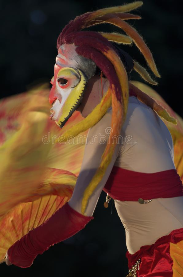 Festivalen av gatateatrar 'Elagin parkerar ', Flicka i en mystisk maskering med dreadlocks arkivfoton