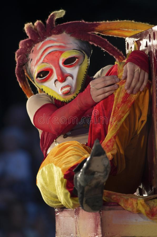 Festivalen av gatateatrar 'Elagin parkerar ', Flicka i en mystisk maskering med dreadlocks royaltyfria foton