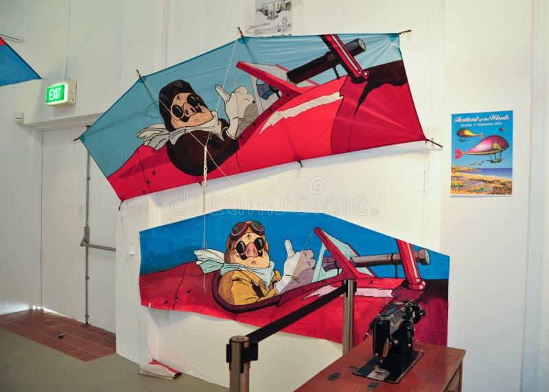 Festivalen av vindarna 2011 som visar en utsmyckad drake för färgrik design på den Bondi paviljongen, är ett kulturellt iconic fö royaltyfri foto