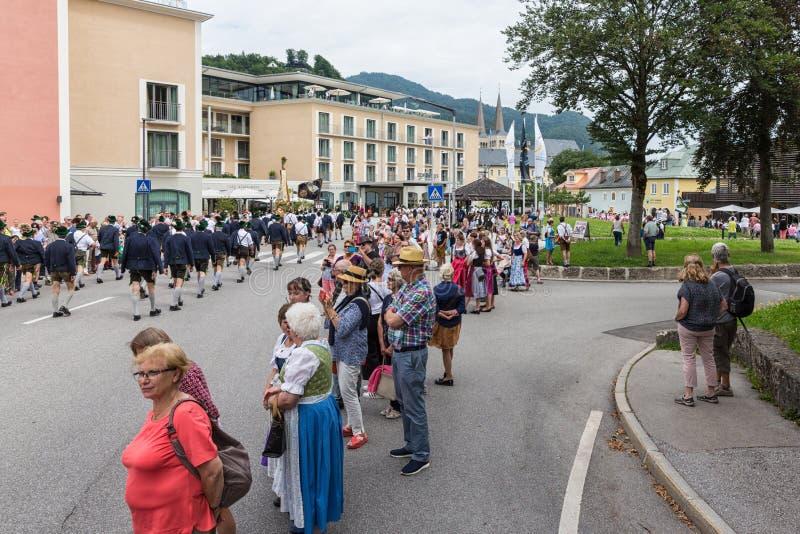 Festivalen med ståtar av fanfar och folk i traditonaldräkter royaltyfri fotografi