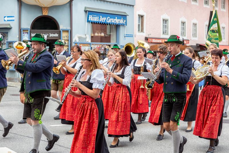 Festivalen med ståtar av fanfar och folk i traditonaldräkter arkivbilder