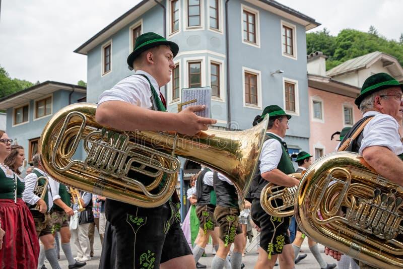 Festivalen med ståtar av fanfar och folk i traditonaldräkter arkivbild
