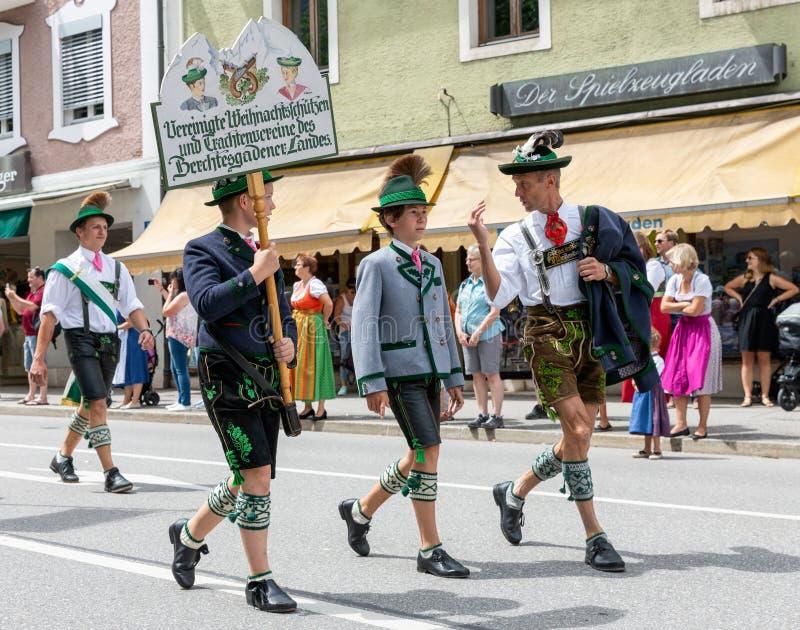 Festivalen med ståtar av fanfar och folk i traditonaldräkter royaltyfri foto