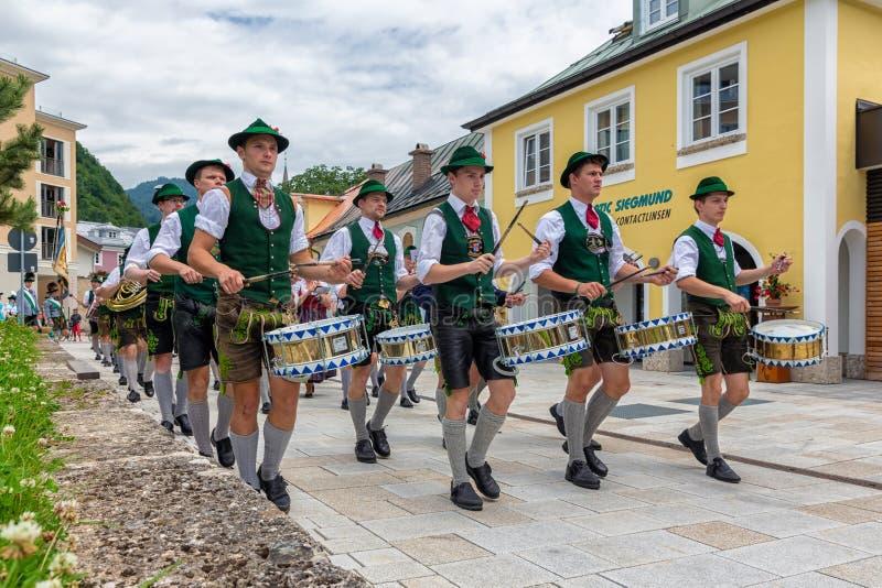 Festivalen med ståtar av fanfar och folk i traditonaldräkter royaltyfria bilder