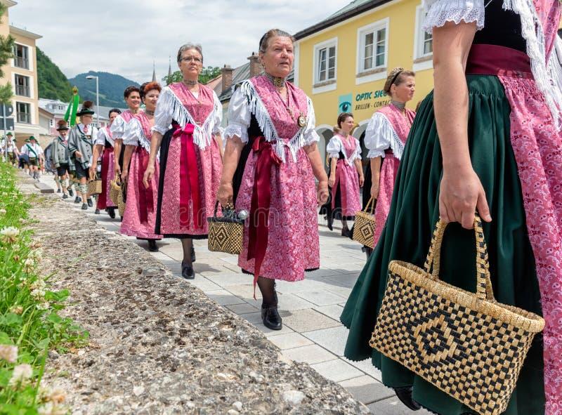 Festivalen med ståtar av fanfar och folk i traditonaldräkter arkivfoton
