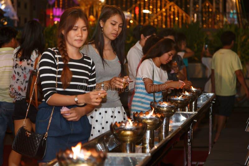 Festivalkerzenparade der thailändischen Leute nicht identifizierte allgemeine unappreciated traditionelle von Buddha stockbild