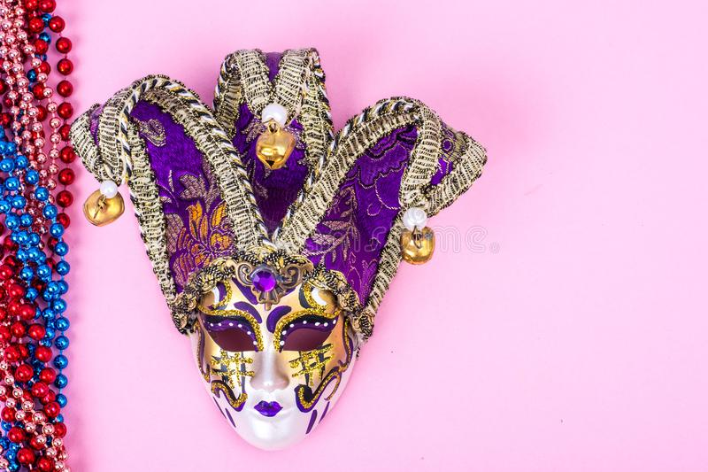FestivalMardi Gras maskering och mångfärgade pärlor på ljus bakgrund arkivfoton