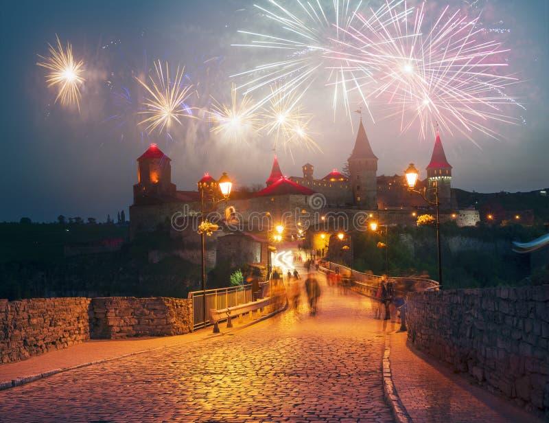 Festivalvuurwerk over het kasteel stock afbeelding