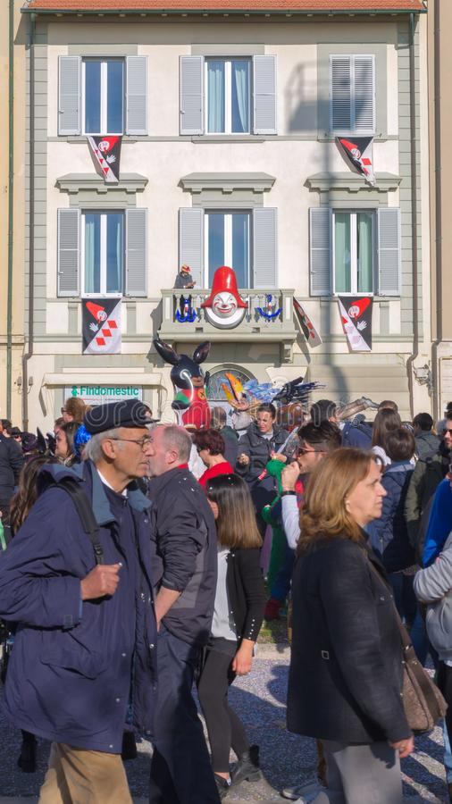 Festivamente adornó las casas, carnaval de Viareggio, Toscana, Italia imagen de archivo