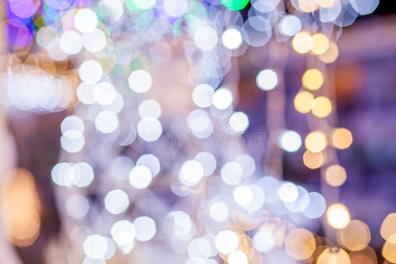 Festive blus-achtergrond Abstract gejaagd, heldere achtergrond met vervaagde gouden lampen stock foto's