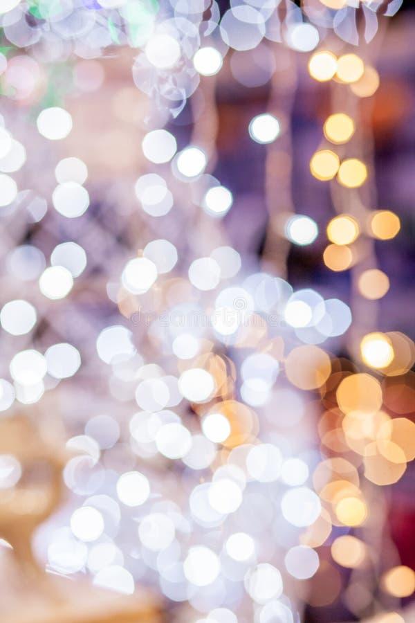 Festive blus-achtergrond Abstract gejaagd, heldere achtergrond met vervaagde gouden lampen royalty-vrije stock foto
