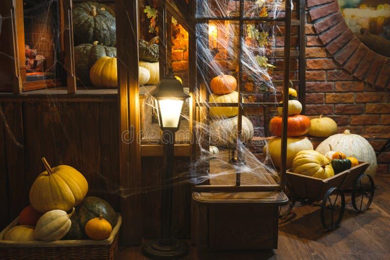 Festive mystical halloween interior Veel verschillende pompoenen Spinweb, kaarsen, spinnen stock afbeeldingen