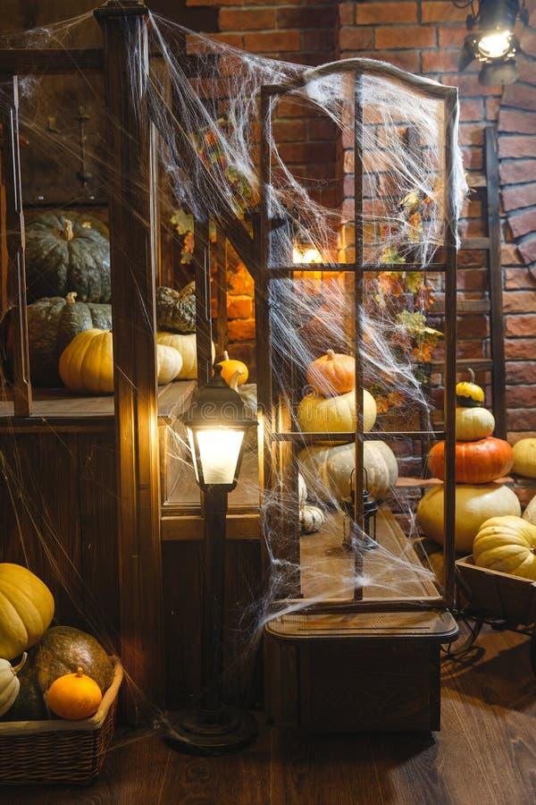 Festive mystical halloween interior Veel verschillende pompoenen Spinweb, kaarsen, spinnen royalty-vrije stock afbeelding