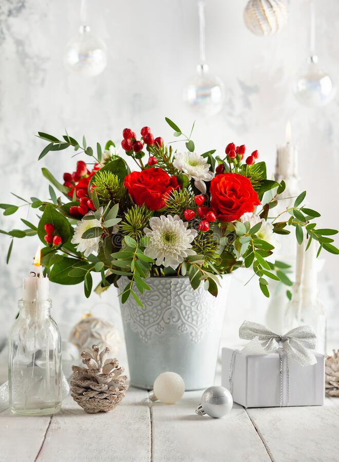 Free Festive Winter Flower Arrangement With Red Roses, White Chrysanthemum And Berries In Vase On Table Decorated For Holiday. Royalty Free Stock Photos - 199949208