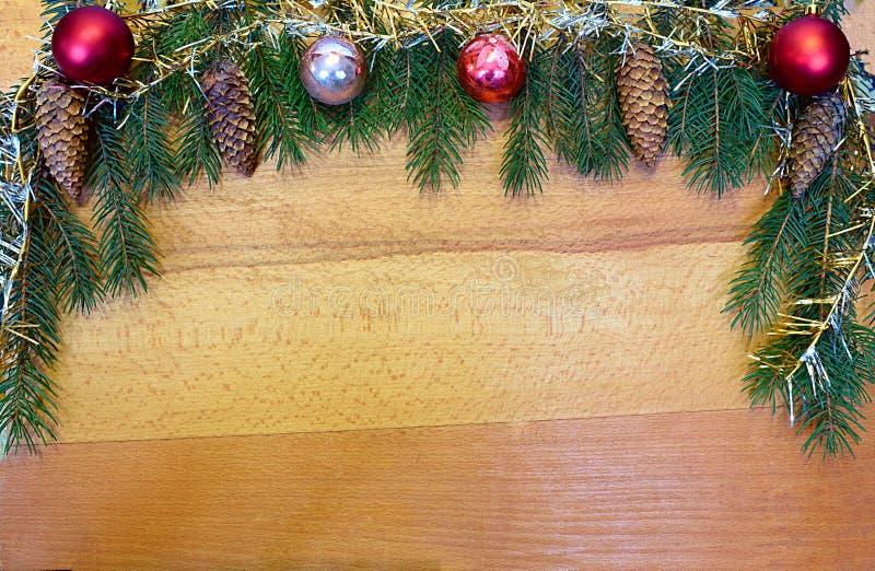Festively dekorować choinek gałąź na drewnianym tle obrazy stock
