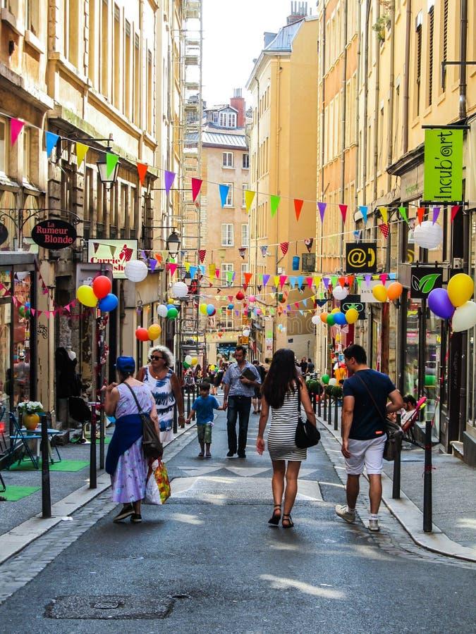 Festividade da rua na vizinhança histórica do ` de Vieux Lyon do ` em Lyon, França imagem de stock