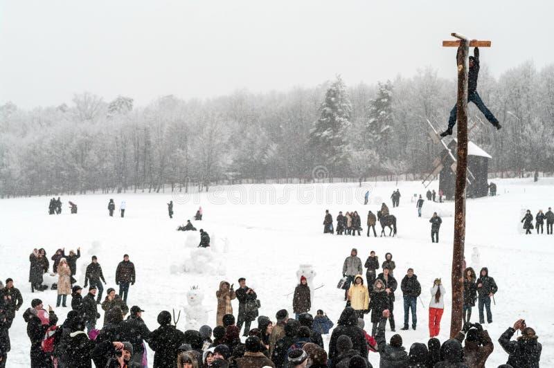 Festividades de Maslenitsa Shrovetide dentro em torno da cidade Divertimento tradicional em Shrovetide Queda de neve pesada imagem de stock royalty free