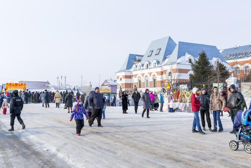 Festividades en la celebración rusa de Maslenitsa en el Chur foto de archivo