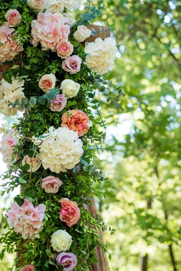 Festivo meravigliosamente decorato dei fiori fotografie stock libere da diritti