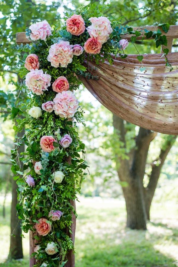 Festivo meravigliosamente decorato dei fiori immagini stock libere da diritti