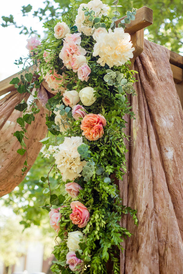 Festivo meravigliosamente decorato dei fiori fotografia stock