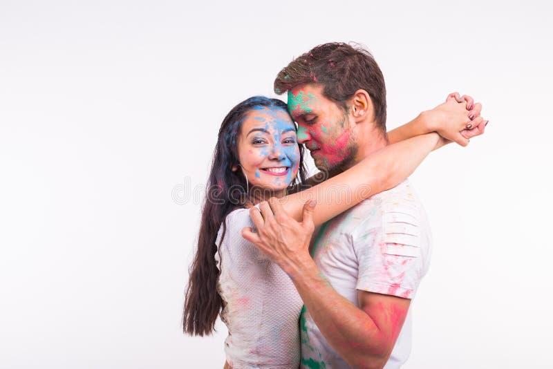 Festiwal holi, przyjaźń - młodzi ludzie bawić się z kolorami przy festiwalem holi na białym tle zdjęcie royalty free