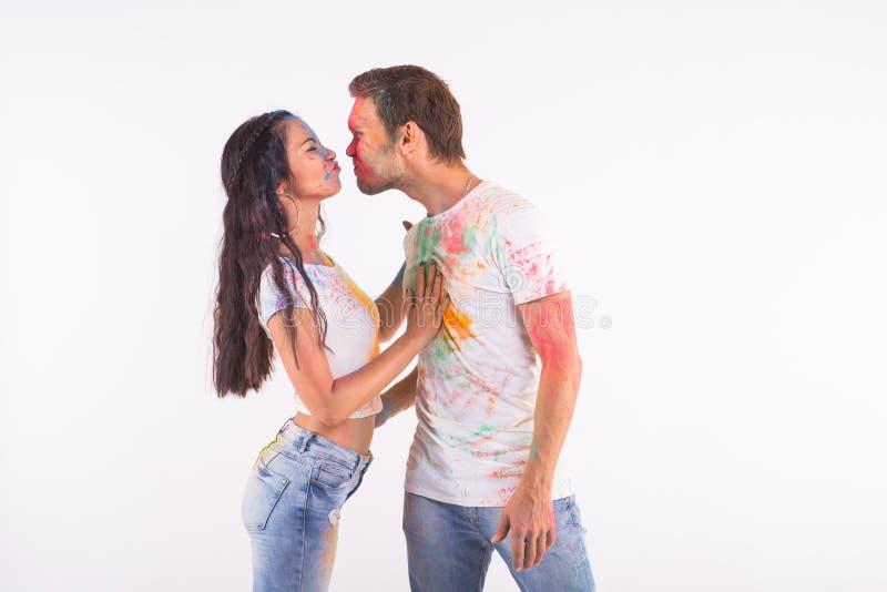 Festiwal holi, przyjaźń - młodzi ludzie bawić się z kolorami przy festiwalem holi na białym tle z kopią zdjęcia stock
