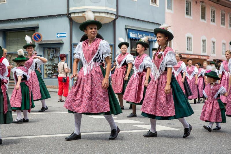 Festiwal z paradą fanfara i ludzie w traditonal kostiumach zdjęcia royalty free