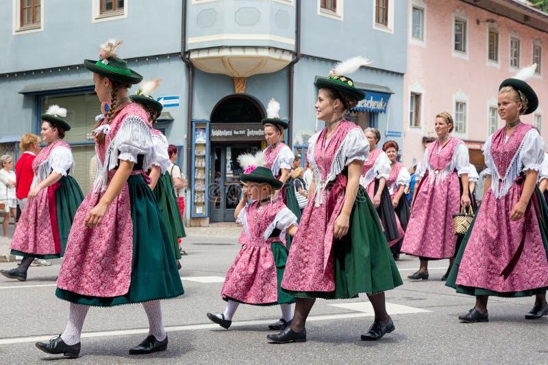 Festiwal z paradą fanfara i ludzie w traditonal kostiumach zdjęcie stock