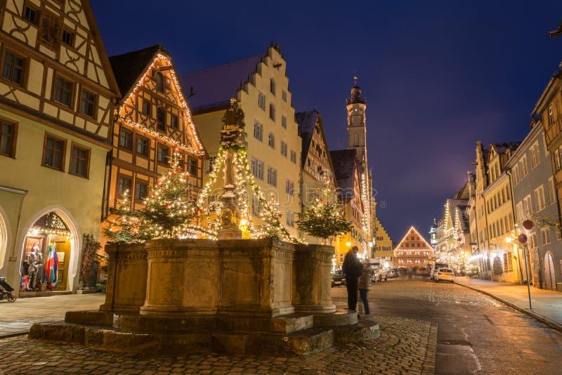 Download Festlich Verzierter Brunnen Nahe Dem Weihnachtsmarkt In Rothen Stockfoto - Bild von gebäude, historisch: 106802532