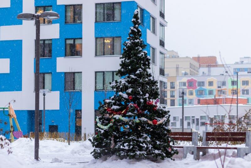 Festlich verzierter Weihnachtsbaum im Hof eines mehrstöckigen Wohngebäudes Moskau, Russland stockbilder
