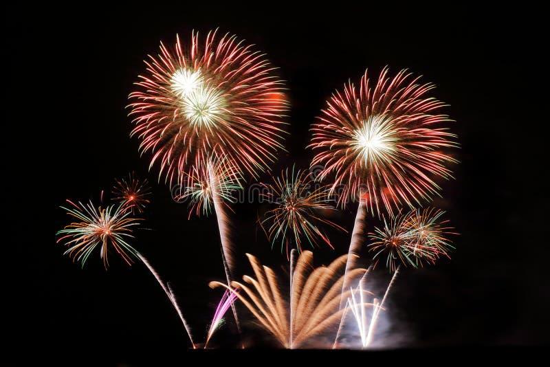 Festliche bunte Feuerwerke auf Hintergrund des nächtlichen Himmels Feierlicher Feiertag lizenzfreie stockfotos